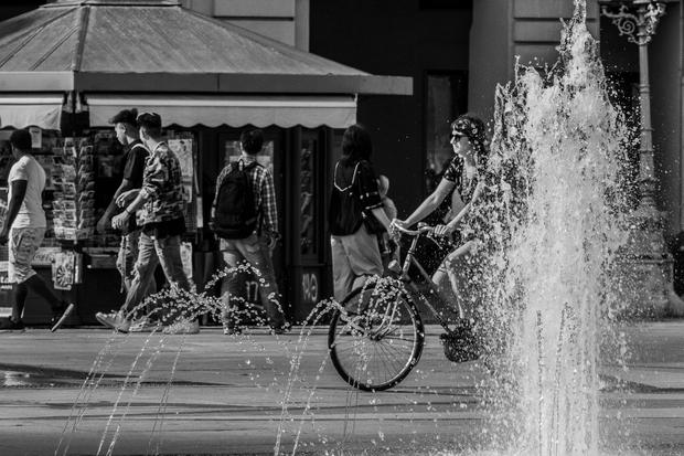 StreetPhoto davanti alla fontana, bicicletta
