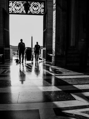 Due Custodi, Piazza San Pietro