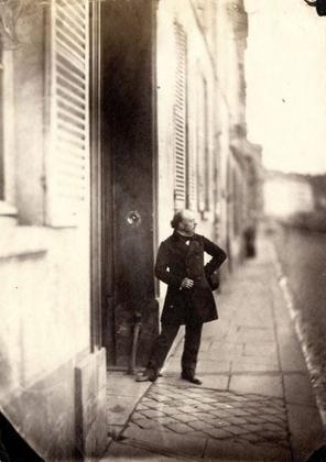 Charles Nègre Le sculpteur Auguste Préault devant le 21 quai Bourbon, Paris, vers 1856.  © Collection particulière