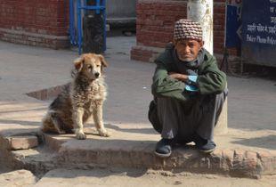 Portret van een man met hond in de straten van Kathmandu