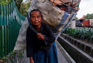 Müllfrau - Indonesien/Yogyakarta
