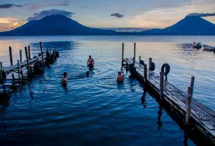 Baño al amanecer en Atitlán (Guatemala)