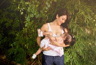 Breastfeeding in real life | in the garden.