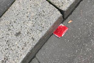 Fallen objects / Papier rouge