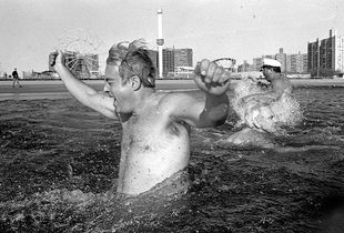Polar Bear Club, Coney Island, 1990 © Peter Kayafas