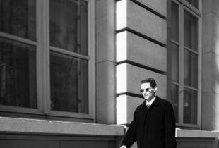 L'homme aux lunettes noires.