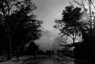 1 - Una delle case di paglia del villaggio è andata a fuoco, c'è già una squadra a contenere il fuoco.