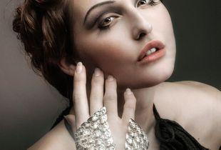 woman with handjuwel
