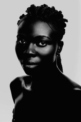 La femme en noir et blanc.