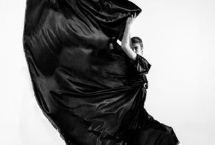 Olé, así se mueve una capa. Homenaje a los grandes modistos y retratistas de moda en blanco y negro.