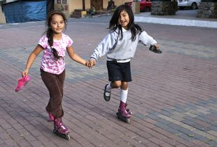 Sisa and Magerli sharing skates in the Parque Central.