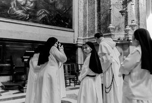 Sister photographs in a group of nuns. Una sorella fotografa in un gruppo di suore.