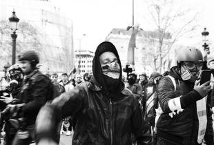 Un manifestant masqué et en colère