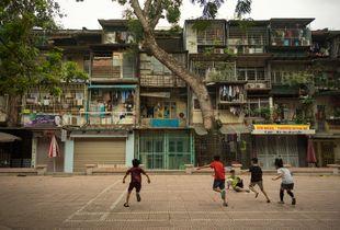 Courtyard Fútbol and Tree in Dong Da, Hanoi, Vietnam.