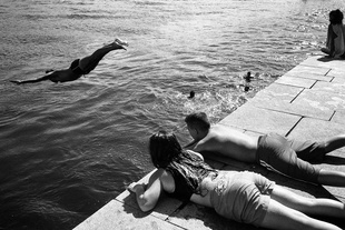 """Serie 2/5: Aguas Locais (""""local waters"""") -  """"Local youth jump into the water to cool off"""""""