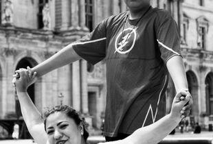 Une mère et son fils devant Pei