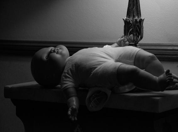 la sua bambola preferita dorme sul mio comodino