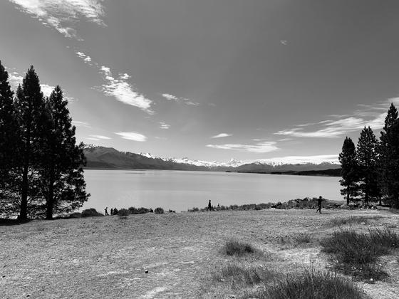 Entre lac et montagnes qui se superposent.