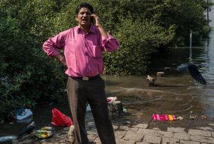 Uomo con la camicia rosa.