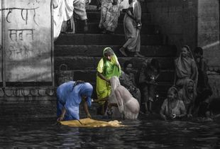 Cleaning of saris in the Gange waters