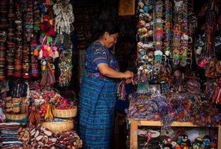 Mujer indígena en el mercado de Antigua Guatemala