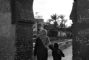 1. Mother with kid crossing the city walls (Marrakech)