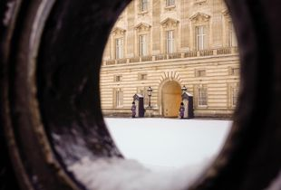 7 woman inside the Palace of Snow. Gate