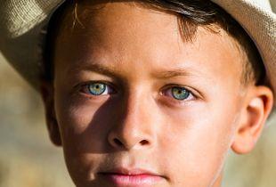 Intense Eyes of an Oriental Child - Regard intense d'un enfant d'Orient