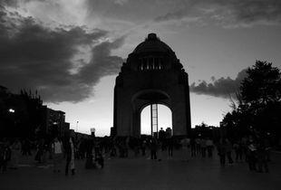 Una gran parte de la población, sobre todo guerrerense, no confía en las autoridades de ningún nivel, por el contrario, el miedo por la represión se hace cada vez más presente. A seis meses de la desaparición de los 43, y con las elecciones locales de junio en todo México, se divisa un horizonte de grandes protestas, a las que el Estado mexicano suele responder con grandes represiones.