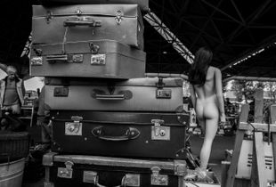 Plastic woman with suitcases. Donna in plastica con valige