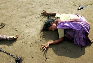World Press Photo of the Year 2004 © Arko Datta, India, Reuters, Mourning a tsunami victim, Tamil Nadu, India, 28 December. A woman mourns a relative killed in the tsunami, at Cuddalore in Tamil Nadu, India. On December 26 a massive earthquake off the coast of Sumatra, Indonesia, triggered a series of deadly waves that traveled around the Indian Ocean.