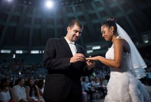 A mass wedding in Rio de Janeiro, Brazil, sealed the union 1900 couples unable to afford the existing documentation costs in the country. The Yes Day - event name - was organized by the Court of the State of Rio de Janeiro. About 2,400 people boarded the free city trains to the Maracanãzinho, sports complex gym Macaranã stadium, final stage of the World Cup 2014.