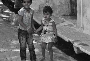 Spielende Kinder in in einem Hinterhof in Delhi