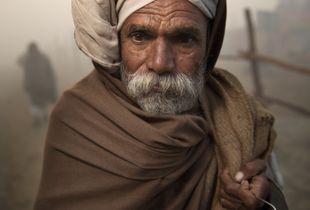 Pèlerin de la Kumbh Mela dans la brume