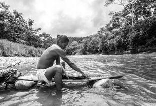 Hombre en el río