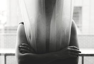 Transparente, elle essaye d'exister. Transparent, she tries to exist.