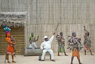 © Patrick Willocq - Walé Oymobé, bored and alone. « Ensansa : lokúkú lókula Itipo y' Obenga, bâmâ bâyôlèké là nyóngo nd'âpèke ».Song: drums hit Itipo of Bobenga, mamas go with hoe on shoulders.