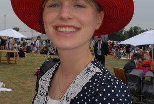 Elégante au chapeau rouge