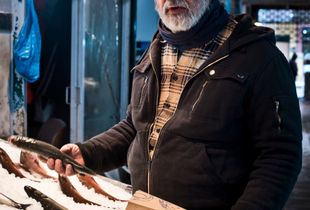 Fischverkäufer im Modiano Markt