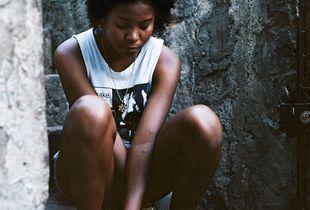 Thay sitting in her street in Vila Cruzeiro.