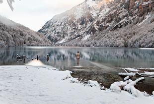 The naked man at Lake Leopoldsteinersee
