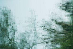 Sounds of silence/Far-off distance   トータルのタイトルはSounds of silenceです。これらの写真は水に映った風景です。つまり、水鏡の写真を逆転して提示したものです。私はこれらのシリーズ写真を撮影する上で、光と影そして、水に映る瞬間と水の流れによるものをカメラという機械装置でその時間(シャッタースピード)で描く絵を表現しています。つまり、私は、自然風景を、自然の川や湖などの水を見てその光と影で絵を描いていると言いたいのです。それは、写真的であり、また、photoであると言いたいのです。