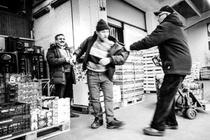 Hypermarket of fruit - Friends at work