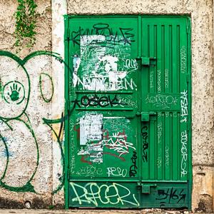Green door. / La porta verde.