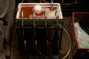 A mechanical bottling device
