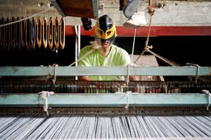 Rigo Cisneros, weaving cotton.