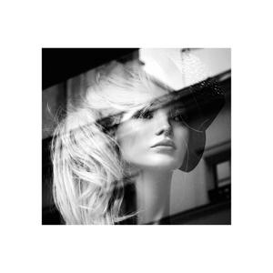 portrait de femme dans la ville - réflexion/reflection 10