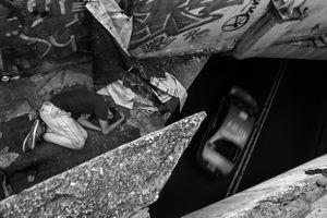 Debajo de la cama de Manuel circula Tlalpan, una de las vías más transitadas de la ciudad.