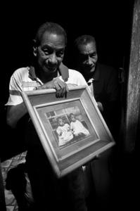 Pedro y José han vivido juntos en una misma casa con sus familias por toda su vida. A pesar que la vivienda es un serio problema en Cuba, todos los miembros de la familia se lleva bien.