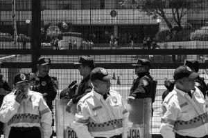 Policías custodian la entrada a las oficinas del Instituto Nacional Electoral